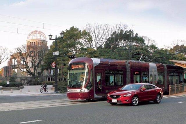Comunicación entre coche y tranvía de Mazda