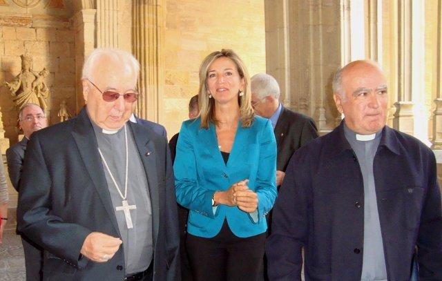 La consejera, con el obispo de Segovia y el deán