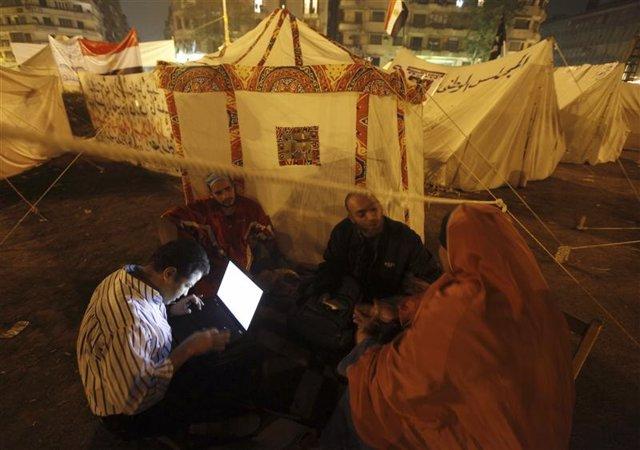 Imagen de archivo de unos manifestantes utilizando un ordenador portátil durante