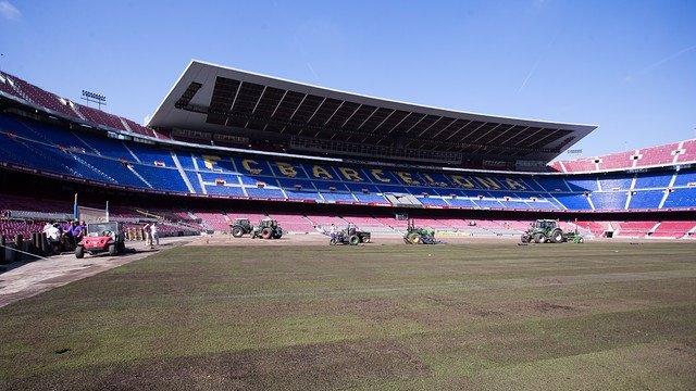 El Barcelona comienza la instalación del césped del Camp Nou