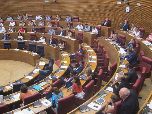 Diputados en el pleno de las Corts