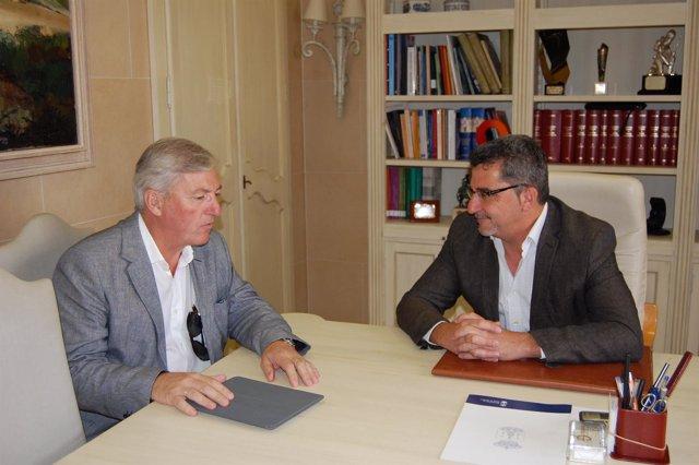 El alcalde de Alcalá, Gutiérrez Limones, con el director de la planta de Henkel.