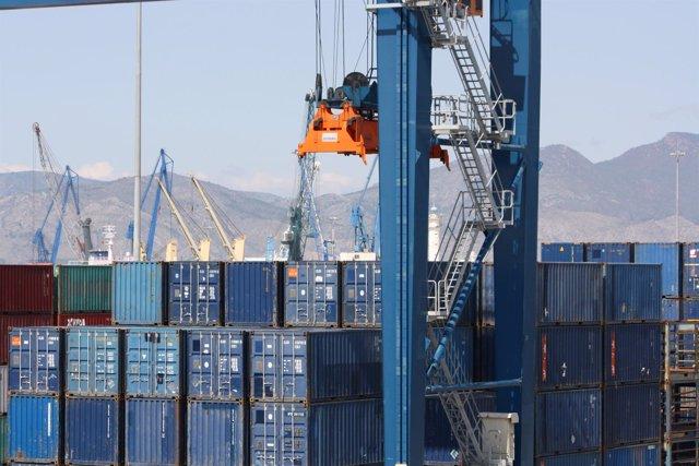 Contenedores de mercancías en un puerto