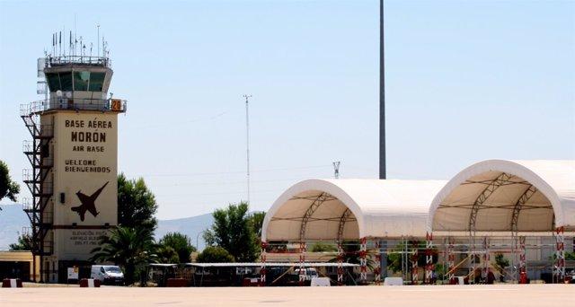 Torre de control y hangares de la base de Morón.