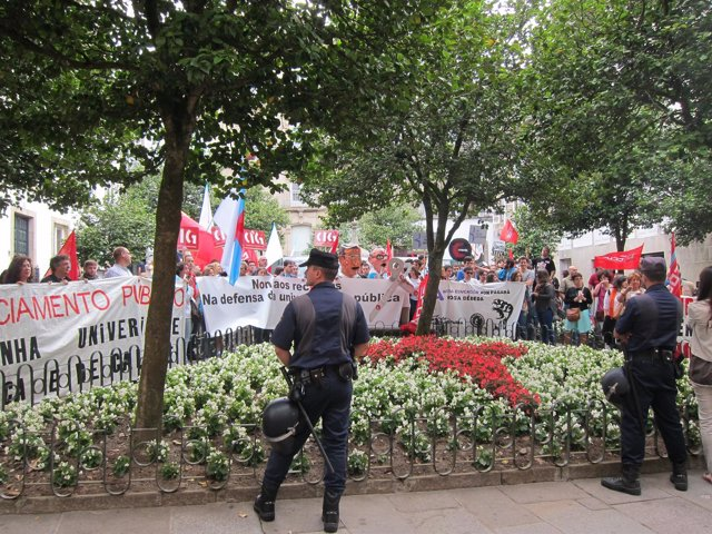Manifestantes de la comunidad universitaria frente al Pazo de Fonseca