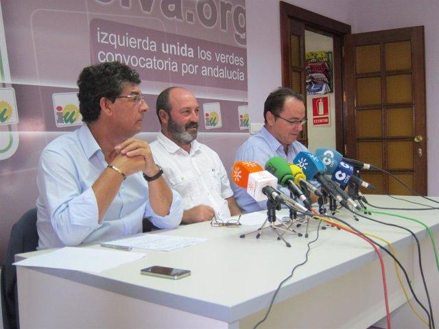 El coordinador provincial de IULV-CA en Huelva, Pedro Jiménez, en el centro.