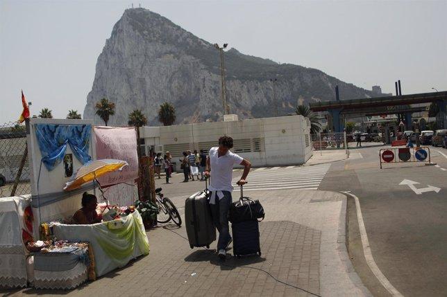 Un hombre arrastra una maleta tras abandonar el territorio de Gibraltar