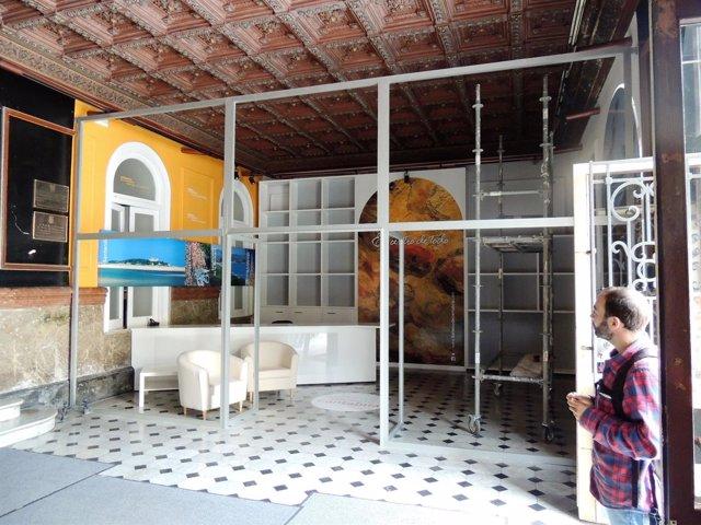 Oficina de turismo en el hall del Ayuntamiento de Torrelavega