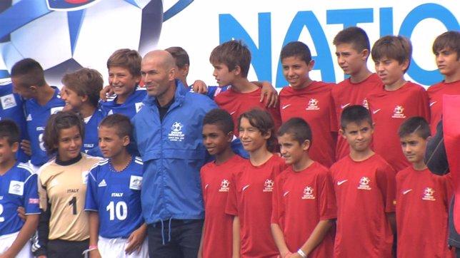 Zidane con los chavales de la Danone Nations Cup