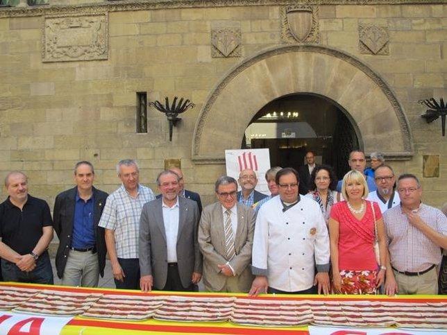 Panaderos de Lleida entregan una coca de la Diada de 25 metros
