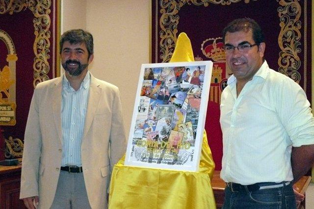 El alcalde y el concejal presentan el cartel de la feria.