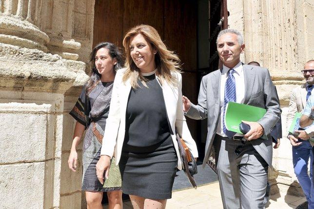 Susana Díaz a su salida del Parlamento tras du discurso de investidura
