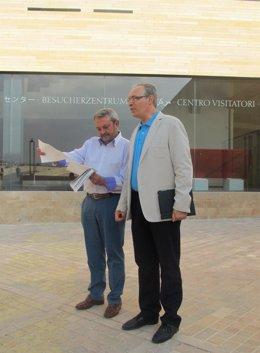 Alcalde y Durán junto al Centro de Visitantes
