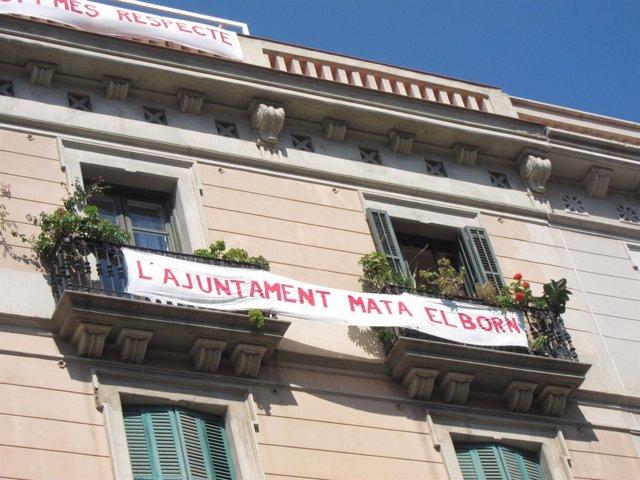 Pancartas en valcones de la calle Fusina contra la reurbanización del Born