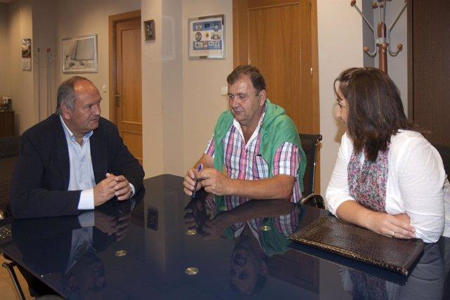 El consejero Javier Fernández con representantes de Valdáliga