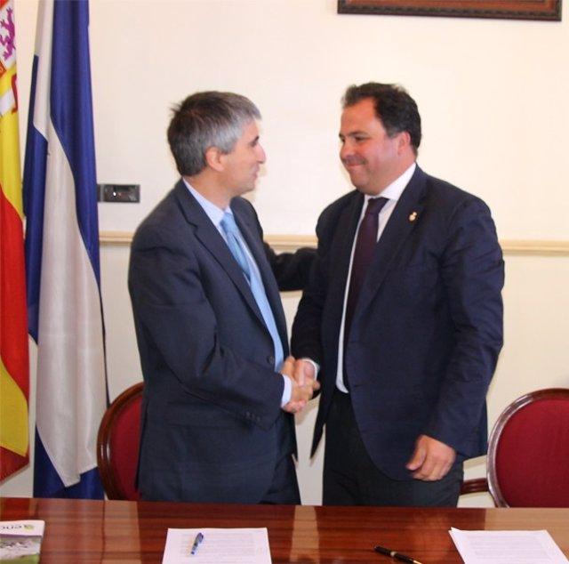 El alcalde de San Juan del Puerto y el director de Ence Huelva.