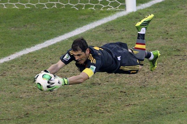Iker Casillas detiene un balón ante Italia en la Confederaciones