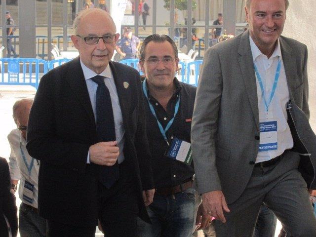 Montoro es recibido por Fabra a su llegada a la Escuela de Verano del PP.
