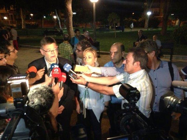 Ximo Puig y Elena Valenciano atienden a los medios en Alicante.