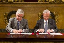 Gonzalo Moliner (CGPJ) y Miquel Valls (Cámara de Barcelona) durante la firma
