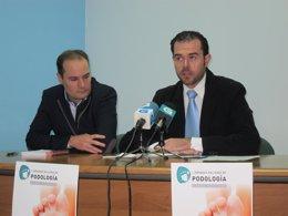 El presidente del Colegio de Podólogos de Galicia (izq) y su portavoz (dcha)
