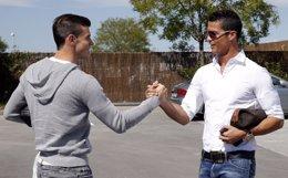 Cristiano saluda a Bale en su llegada a Valdebebas