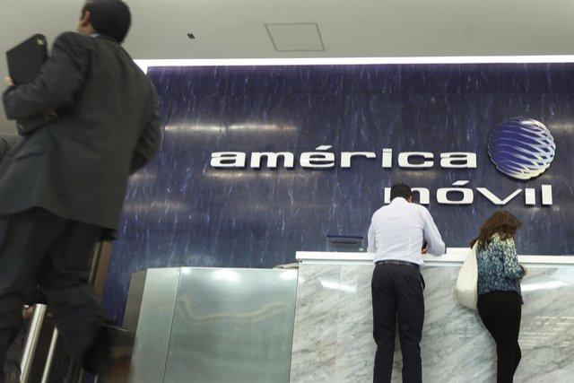 El logo de América Móvil en la zona de recepción de sus oficinas en Ciudad de Mé