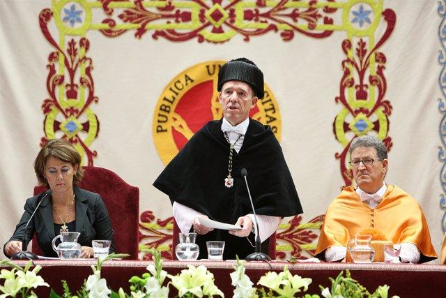 El rector se dirige a la comunidad universitaria entre la presidenta Barcina