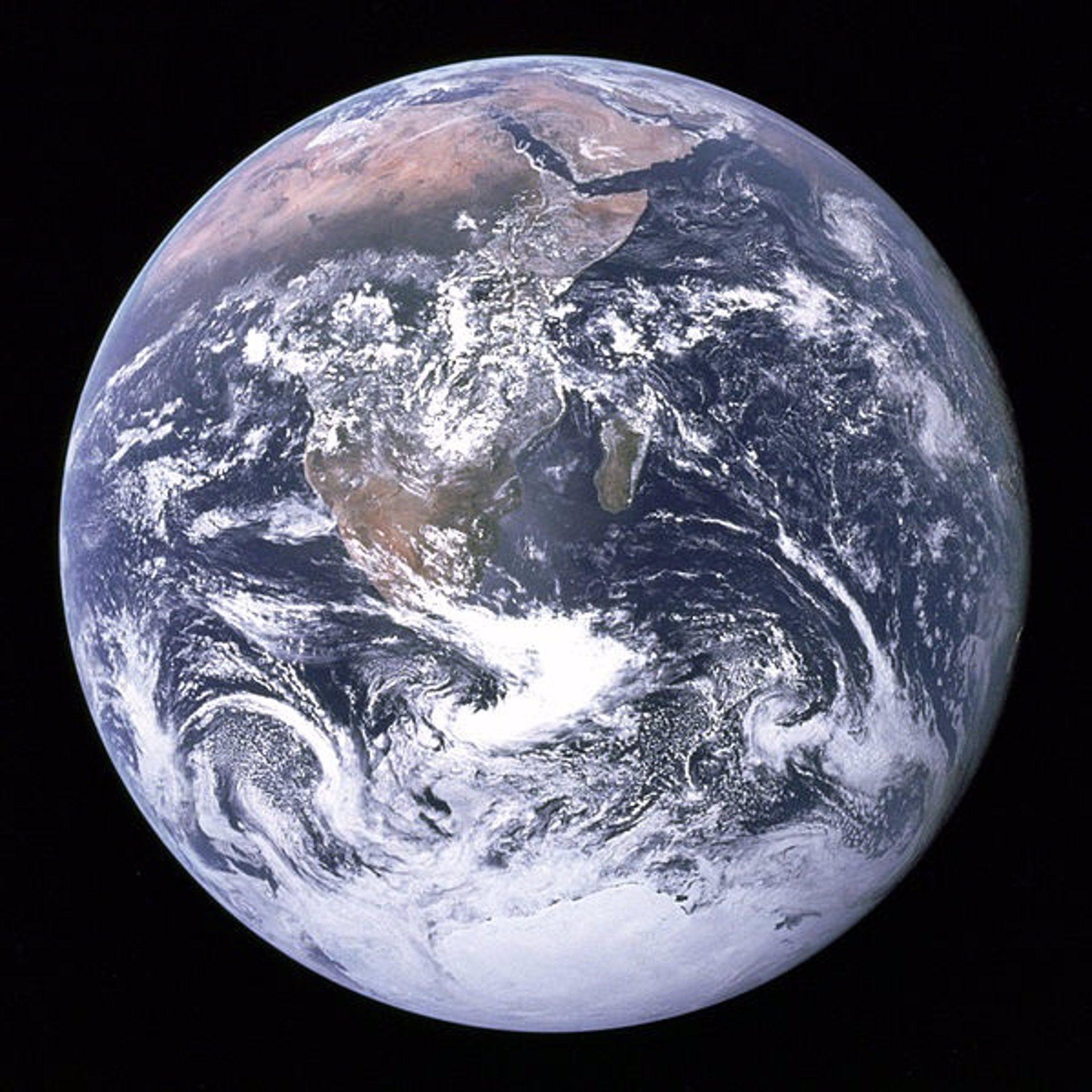 El núcleo interno terrestre gira hacia el este y el externo hacia el oeste