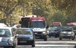 Una ambulancia circulando por Valencia