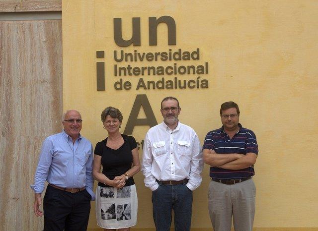 Núñez, jefe de Inmunología del Virgen del Rocío, junto a miembros del curso