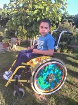 José Manuel, un niño de Vedra que sufre disparesia espástica