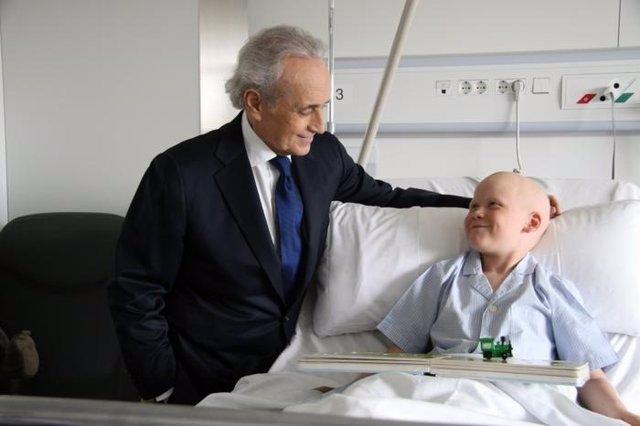 Josep Carreras durante la visita a un hospital