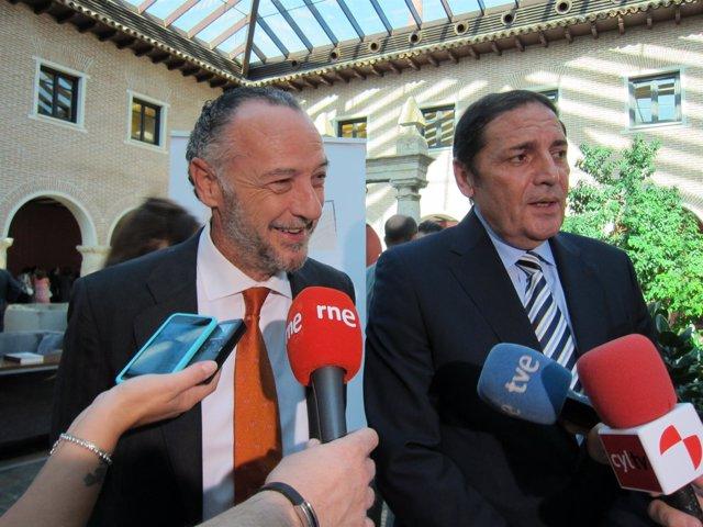José María Pino, de Sanitaria 2000, y el consejero, Antonio María Sáez Aguado.