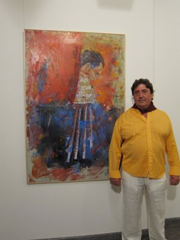 Manuel Mirón con su obra ganadora 'Morucho al temple'