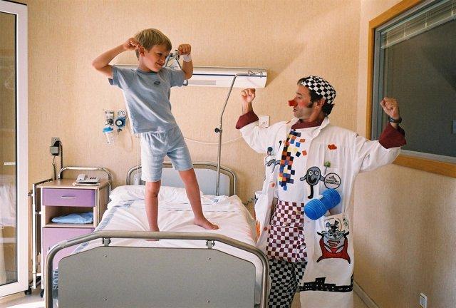 """La Fundación Theodora ayuda a los niños a curarse """"emocionalmente"""" riéndose"""