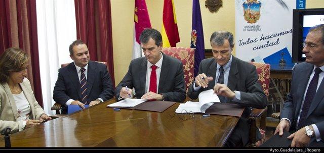 Firma de contrato entre Ayuntamiento y SUPERA
