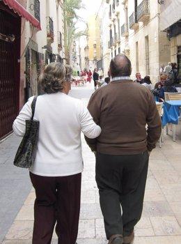 Una Pareja Pasea Por La Calle