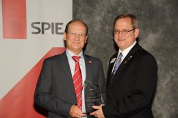 El físico investigador de la UZ, Jorge Gil, (izda), recibe un premio mundial