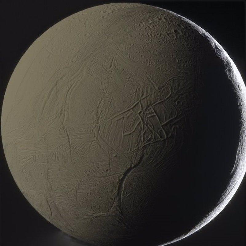 Encelado expulsa un gigantesco chorro de vapor, hielo y gases