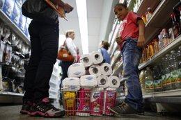 Gente comprando en un supermercado venezolano.