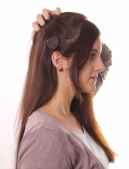 Imagen de una persona utilizando un implante coclear de MED-EL