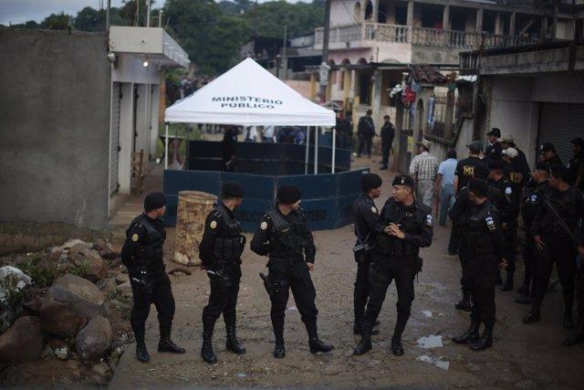 Soldados del Ejército de Guatemala montan guardia