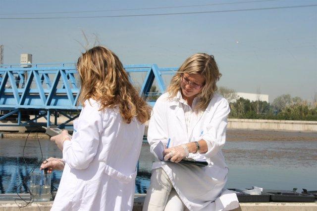 Estudiantes tomando muestras de laboratorio en estación depuradora.