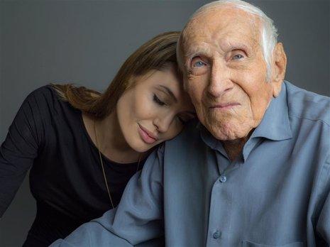 Angelina Jolie junto a Louis Zamperini en la primera imagen de Unbroken