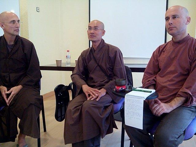 Monjes budistas anuncian la visita a España de su maestro Zen Thich Nhat Hanh