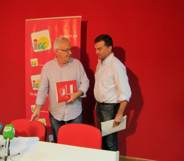 Cayo Lara (i), junto Antonio Maíllo antes de la rueda de prensa.
