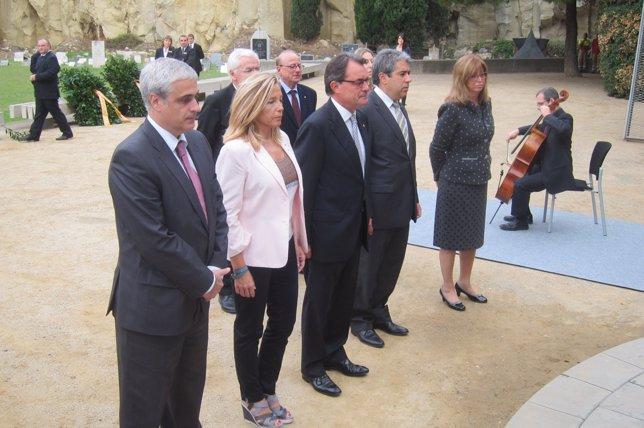G.Gordó, J.Ortega, Artur Mas, F.Homs e I.Rigau, ante la tumba de Companys