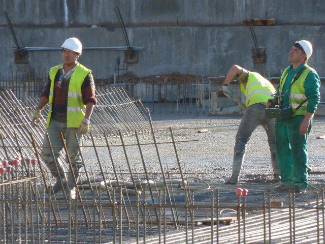 Albañiles trabajando en una obra de construccion