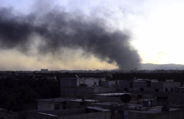 Una columna de humo se elevaba el domingo en el distrito de Qaboun, en Damasco.